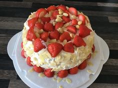Slagroomtaart met aardbeien gemaakt via het recept van: http://www.carolabaktzoethoudertjes.nl/2015/06/slagroomtaart-met-aardbeien.html