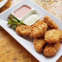 AMcNugget a kedvenc finomságaid közé tartozik? Könnyedén megcsinálhatod otthon is! Hozzávalók: 30 dkg liszt 1 teáskanál kukoricaliszt 1 teáskanál fokhagymapor 1 teáskanál vöröshagymapor 1 tojás 2,5 dl szénsavas ásványvíz 2 csirkemell só, bors olaj Elkészítése: A lisztet, a kukoricalisztet, a fűszerekkel egy tálba tesszük. A tojást és a vizet is hozzáadjuk, kikavarjuk a tésztát. Figyeljünk...Olvasd tovább