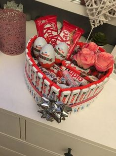 DIY Valentines Gifts for Friends on a Budget – Gift Box awesome Kinder Christmas gift basket for girls Diy Christmas Gifts For Friends, Friend Valentine Gifts, Valentines Day Gifts For Her, Handmade Christmas Gifts, Valentines Diy, Christmas Diy, Christmas Presents, Christmas Ideas For Girlfriend, Gift For Girlfriend