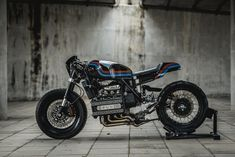 No shortcuts were taken on this BMW by Love the stance, thanks for sharing! Send photos of your café racer to… Cafe Racer Bmw K100, Bmw K100 Scrambler, K100 Bmw, Cafe Racer Bikes, Cafe Racer Motorcycle, Cafe Racers, Vintage Motorcycles, Custom Motorcycles, Custom Bikes