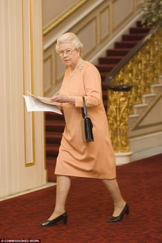 How the The Queen has remained a step ahead of fashion scene | Daily Mail Online