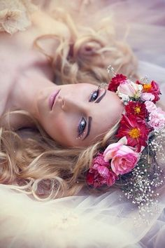 This pose with the flower crown - so pretty. Do It Yourself Jewelry, Romantic Flowers, Floral Hair, Flowers In Hair, Her Hair, Beauty Women, Beautiful, Wedding Hairstyles, Hair Beauty