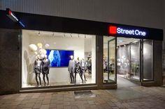 Me parece que el rótulo de la tienda es bastante pobre y pequeño. Alberto Soto.    Street One fashion store by project ARC & Ansorg, Paderborn – Germany
