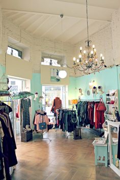 Isadora Specialties: Una original tienda de ropa y complementos que apuesta por el diseño, las cosas bonitas y el arte de lo hecho a mano. Donde se da cabida a la creatividad y espontaneidad sorprendiendo con improvisadas meriendas, exposiciones de…