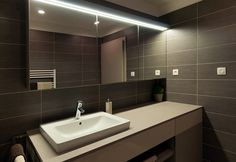 bathroom-dark-bathroom-decoration-theme-with-modern-simple-bathroom-vanity-plus-white-washbasin-and-big-mirror-combine-with-dark-ceramic-tile-wall-also-nice-light-beige-bathroom-designs.jpg (1200×827)