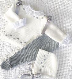 Mirad qué maravilla ofrece tienda especializada en ropita Made. Crochet Baby Jacket, Knitted Baby Cardigan, Knitted Baby Clothes, Crochet Baby Hats, Baby Blanket Crochet, Baby Knitting Patterns, Knitting For Kids, Baby Patterns, Baby Girl Cardigans