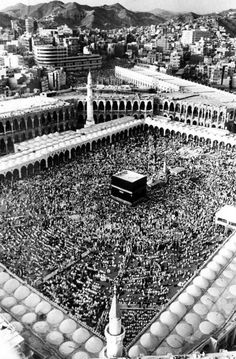 Gathering at El Haram, the Great Mosque in the Holy City of Mecca, Saudi Arabia, 1975 Old Pictures, Old Photos, Medina Mosque, Mecca Kaaba, History Of Islam, Masjid Al Haram, Mekkah, Arabian Beauty, Somewhere In Time
