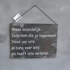 Landelijk tekstbord 'Wees vriendelijk. Iedereen die je tegenkomt houd van iets, is bang voor iets en heeft iets verloren'.