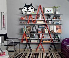 Uma estante feita de cavaletes