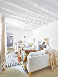 Cortijo en Málaga: Salón blanco con cojines en tonos pastel