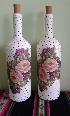 Wine Bottle Art, Painted Wine Bottles, Diy Bottle, Decoupage Jars, Pinterest Diy Crafts, Bottle Centerpieces, Decoration Plante, Glass Bottle Crafts, Bottle Painting