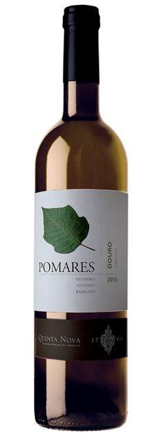 www.wijnkraam.nl - Pomares Blend Een citroengeel gekleurde witte wijn met omhullende en jonge aroma's van nectarine, witte pruimen, abrikozen, groene paprika en kruisbes. In de mond fruitig, fris en romig met een mooie afdronk.