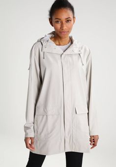 Rains. CAMP - Regnjakke / vandafvisende jakker - moon. Mønster:unifarver. Samlet længde:83 cm i størrelsen S/M. Jakkehætte:hætte med løbegang. Lommer:lommer med klap. Fit:normal. Lukning, lås:knap. Materiale:100% polyester. Detaljer:stiklommer. Plejean...