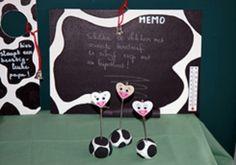 * Memo-koeienbord! Schilder een houten plankje met witte acrylverf, daarop zwarte koeienvlekken met zwarte bordverf : - je kan een vlek per dag schilderen - je kan één grote vlek schilderen Hang er eventueel ook nog een thermometer aan vast. Bevestig aan de achterzijde een vilten kaderhangertje. Maak aan het haakje van de kaderhanger een rood touwtje met daaraan een belletje.