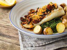 #Kabeljau mit Chorizo und sautiertem Grünkohl Im Ofen gegart, wird der Kabeljau hauchzart, so dass er regelrecht auf der Zunge zergeht. Grünkohl, goldbraune Kartoffeln und würzige Chorizo machen das Ganze zu einem außergewöhnlichen Geschmackserlebnis.