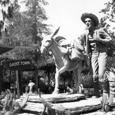 Prospectors Monument, Knott's Berry Farm, July 1961 Statue by Claude Bell. California History, California Travel, Vintage Posters, Vintage Photos, Vintage Menu, Vintage Theme, Vintage Toys, Anaheim California, Southern California