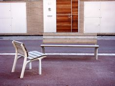 a Santa & Cole contemporary design improvement to the classic city bench. Comfortable with ergonomic proportions, this seat has an elegance in its design which instantly defines a welcoming gathering place. Santa Cole, Wooden Slats, Street Furniture, Lamp Design, Urban Design, Outdoor Furniture, Outdoor Decor, Sun Lounger, Contemporary Design