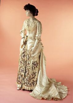 Evening dress, ca. 1881, House of Worth:  Silk satin, trimmed with pearl embroidery and machine-made lace, lined with silk, the bodice supported with whalebone struts, machine and hand sewn.