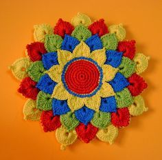 Gorgeous potholder. FREE pattern at: http://www.ravelry.com/patterns/library/the-crocodile-flower