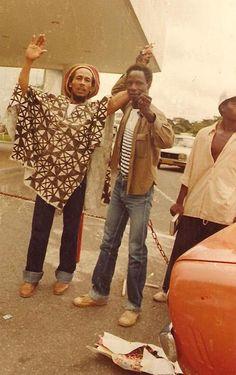 Quelques mois avant sa mort, rencontre avec une des plus grandes légendes mondiales de la musique (Libreville, Gabon). Il porte un bogolan du Mali que je lui avais offert.