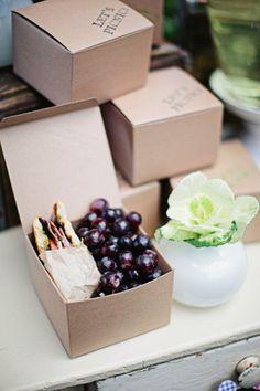 せっかくだから、オシャレなサンドイッチをさらに可愛くラッピングしましょう♪箱に詰めれば、海外のランチボックスみたい♡