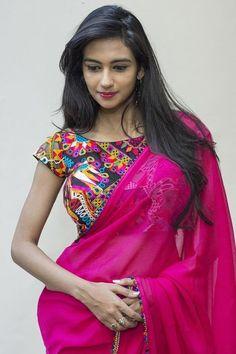Buy readymade blouse online shopping india has got variety of blouse designs, designer blouses, ready to wear saree blouses. Kalamkari Blouse Designs, Saree Blouse Designs, Blouse Patterns, Plain Saree With Heavy Blouse, Blouse Designs High Neck, Saree Trends, Simple Sarees, Saree Look, Elegant Saree