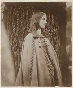Julia Prinsep Stephen was a model for Pre-Raphaelite painters and photographer Julia Margaret Cameron. She's also the mother of Virginia Woolf and Vanessa Bell Virginia Woolf, Vintage Photographs, Vintage Photos, Julia Margaret Cameron, Foto Portrait, Bloomsbury Group, Essayist, Writers And Poets, Pre Raphaelite