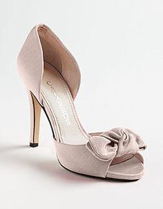 En Riomar fotógrafos nos gustan estos elegantes zapatos de novia. http://riomarfotografosdeboda.com  wedding #shoes