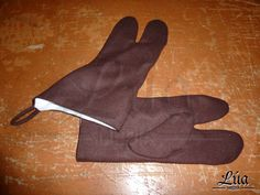 Guantes de tres dedos, confeccionados en paño de lana color marros, forrados en lino blanco - Lúa Media Indumentaria Histórica.