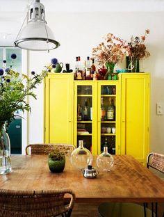Żółta szafa z witryną