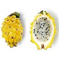 """Pithaya amarela  """"Mãe"""" das frutas exóticas colombianas.  Flor de um cacto, ela tem escamas triangulares e a polpa branca, ligeiramente transparente, cheia de sementes. Três palavras para descrever o sabor: doce, doce e doce. Reconhecida por suas propriedades digestivas e laxantes, ajuda na redução de peso e na eliminação de toxinas pelos rins."""