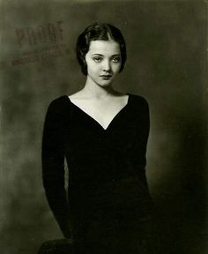 Sylvia Sidney, Really inspired by this dark portrait style. Old Hollywood Glamour, Vintage Hollywood, Classic Hollywood, Vintage Vogue, Vintage Photographs, Vintage Photos, Vintage Portrait, Margaret Dumont, Sylvia Sidney