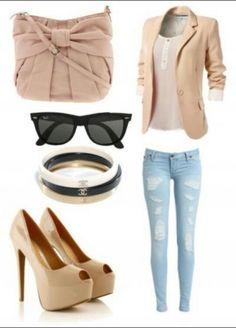 Lichte casul kleding combinatie. Gescheurde broek met basic shirt en blazer.