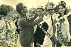 Buca Üzüm Şenlikleri'nde Zeki Müren taç takıyor,  yıl: 1968