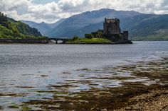 Discover the best Scottish Castles - 19 of the best castles in Scotland including the best ruins, the most fairytale-looking. with photos and a video Monuments, Scottish Words, Eilean Donan, Château Fort, Photo Maps, Scottish Castles, Parcs, Scotland Travel, Netherlands