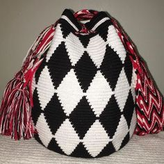 Available #wayuubags #chilabags #mochilabags #beach #bohochic #summerbags #beachbags #가방  콜롬비아 북부와 베네수엘라 북서 쪽의 과히 라 반도에 거주하는 아메리칸 인디언 민족 그룹인 와유(Wayuu)부족이 만드는 100% 핸드메이드제품 입니다. 컬러풀한 와유백의 색상은 와유부족의 삶과 일상생활이 담겨있습니다. #칠라백 #chilabags #모칠라백 #itbag #sunmer #fashion #people #webbing #handmade #borsa #colorful #unique #handmade #ethnic #boho #bohemian #Colombia #wayuu #style #design #bag #needle #coachella #festival #bohochic