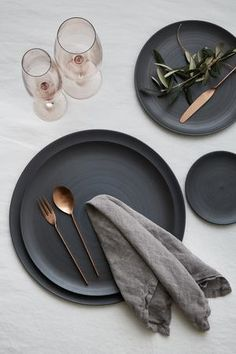 Discover the best Curated Tabletop Collections in Los Angeles. Explore our Luxury Glassware, Flatware, & Plates perfect for Weddings & Private Events! Bühnen Design, Design Food, Plate Design, Vase Deco, Large Plates, Decorative Plates, Dinner Sets, Deco Table, Kitchen Accessories