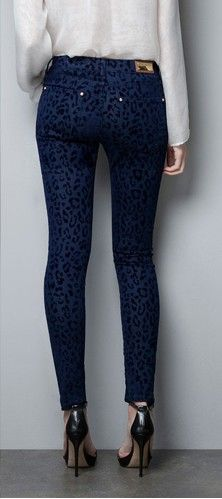 It's your chance to be a fashionable lady and don't wait to buy the NEW FASHIONS 781756304 - Womens Skinny Pants With Blue Leopard Printed. This pant's fit type is skinny and it can make you hot. The waist type is mid. And the closure type is button fly. This pencil pant has a decoration of appliques and which is a elaborately design. Besides, the item type is full length, you can make sure it can keep you warm. Buy one now and show your style.