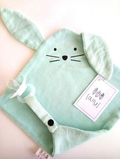 The Doudou Plat RABBIT is a cute companion who offers his ears to the hands .- Le Doudou Plat LAPIN est un compagnon mignon qui offre ses oreilles aux mains le… The Doudou Plat Lapin is a cute companion that offers … - Baby Sewing Projects, Sewing Patterns For Kids, Diy Baby Gifts, Baby Crafts, Diy Toy Box, Dou Dou, Diy Bebe, Baby Couture, Fabric Toys