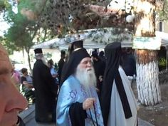 Συγκλονιστικές στιγμές στην Πάτρα κατά την εκταφή κληρικού ΒΙΝΤΕΟ