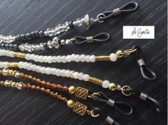 Cobre, blanco, negro, cristal.... coquetos collarcitos para sujetar los anteojos Beaded Earrings, Beaded Jewelry, Beaded Bracelets, Diy Fashion Accessories, Handmade Accessories, Glass Necklace, Diy Necklace, Beaded Lanyards, Eyeglass Holder
