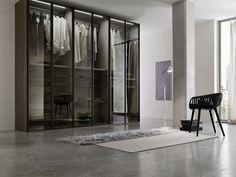 L'armadio c'è ma le sue ante in vetro trasparente lo rendono leggero e impalpabile. Per un effetto molto scenografico....