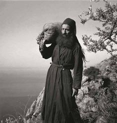 Orthodox Priest, Orthodox Christianity, Christian Artwork, Angels Among Us, Dark Ages, Old Pictures, Mystic, Catholic, Spirituality