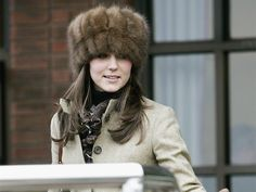 Foto: http://fashionwearablemode.blogspot.com/2010/11/kate-middleton-e-i-cappelli.html