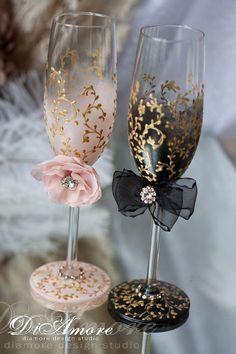 Copas para bodas en rosa y negro para la novia y el novio con toques en dorado y adorables lazos.