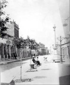 Plaza de Bolívar Fecha de toma: 1920 Lugar: Monterrey, N.L. Autor:  Época:   A27-Gobierno de Alvaro Obregón (1920-1924)  Personajes:  Número de fotografía: 1096