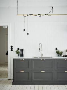 Ännu ett fint kök i svart (eller mörkgrått) och vitt. Another kitchen in white and black (or dark gray). Bostadsrätt, Arsenalsgatan 12 C i Göteborg - Entrance Fastighetsmäkleri
