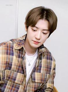 he so cute and adorable 💖 Park Chanyeol Exo, Kyungsoo, Z Cam, Chanbaek, Chansoo, Exo Ot12, Kpop, Hugh Jackman, David Beckham