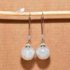 Boucles d'oreilles dormeuses globes en verre remplies de perles blanches