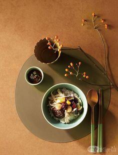 가을날의 미감味感 | 쿠킹&다이닝 | 매거진 | 행복이가득한집 Dark Food Photography, Life Photography, Chinese New Year Food, Seafood Menu, Food Concept, Food Decoration, Cafe Food, Food Drawing, Korean Food